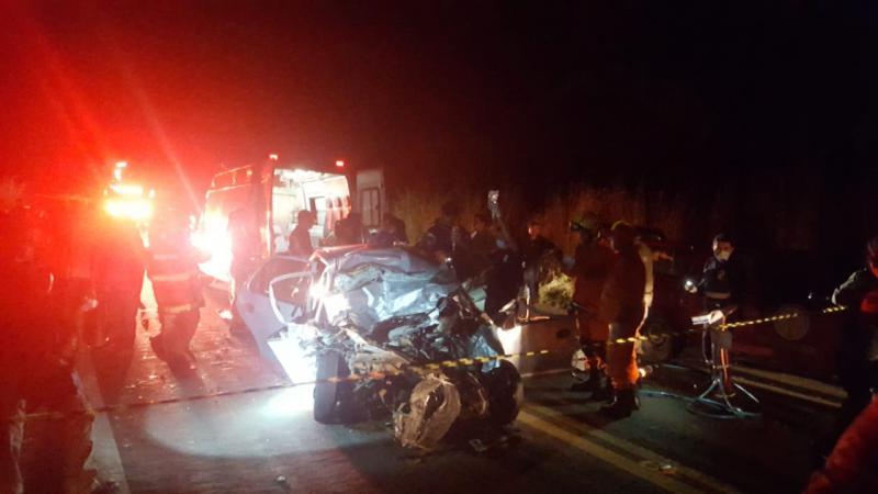 Colisão entre carro e carreta deixa homem preso às ferragens na BR-343