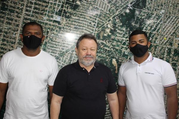 Chico Leitoa ladeado pelos empresários Evaldo Fernandes(esquerda) e Leandro Cell(direita)