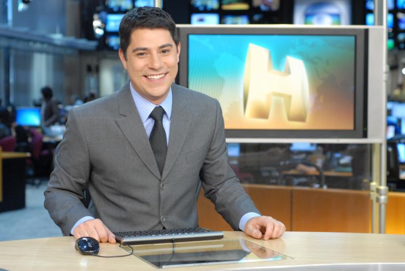 Evaristo Costa volta à Globo e faz piada com a emissora