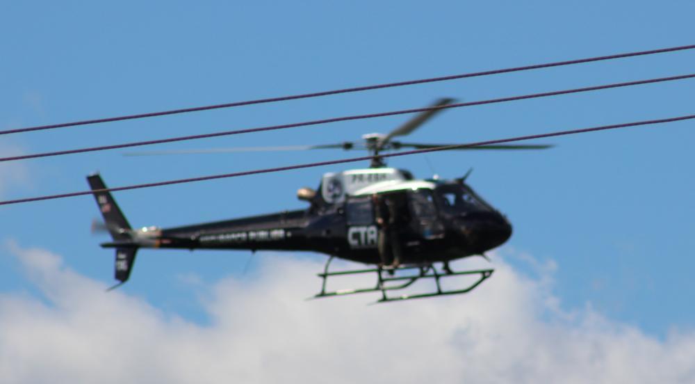 Vídeos: De helicóptero, policia caça bandidos escondidos no Sambico