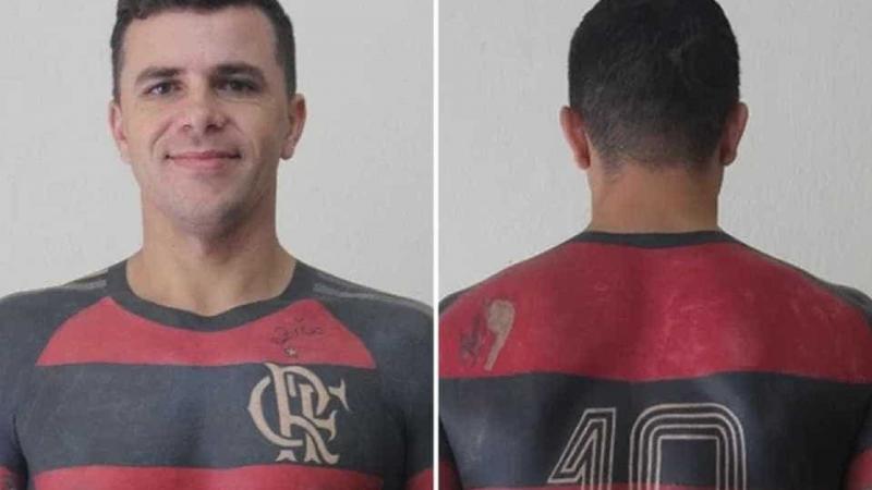 Torcedor do Flamengo tatua camisa do clube em tamanho real