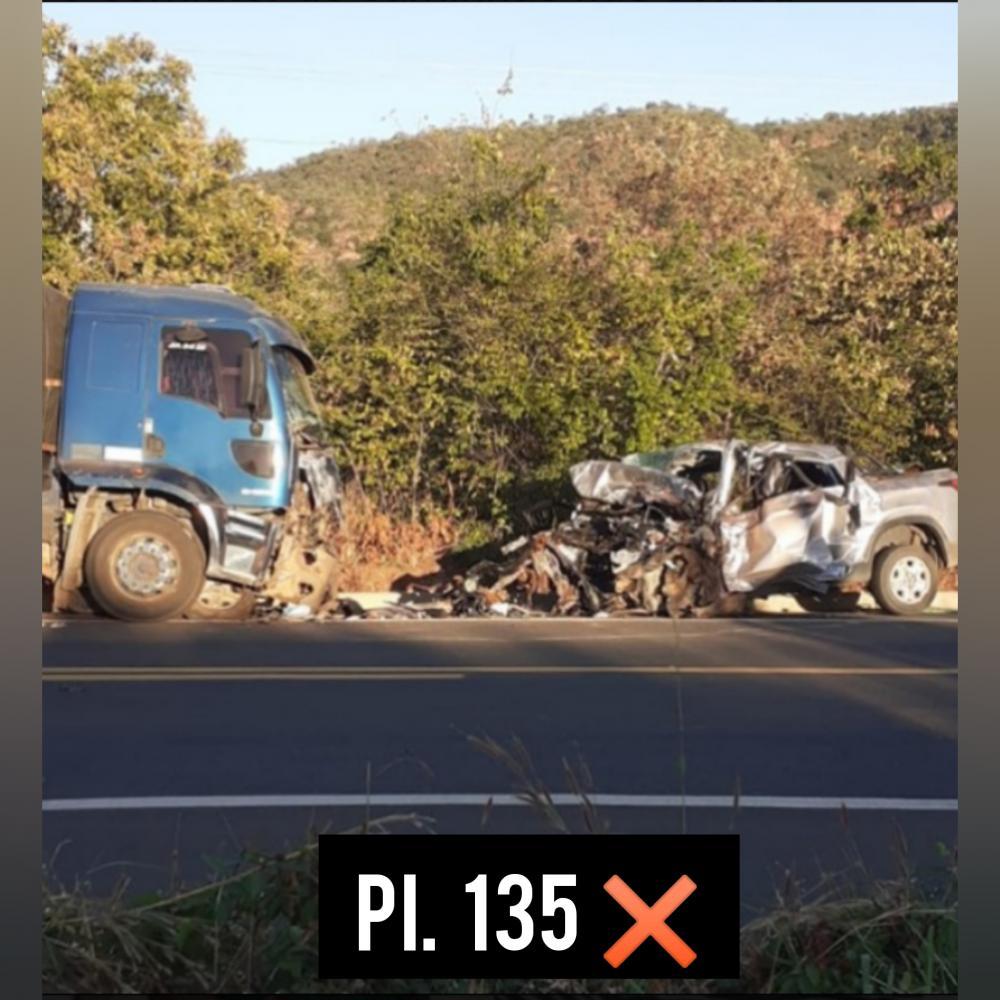 Colisão entre caminhão e uma caminhonete deixa dois mortos na BR PI 135