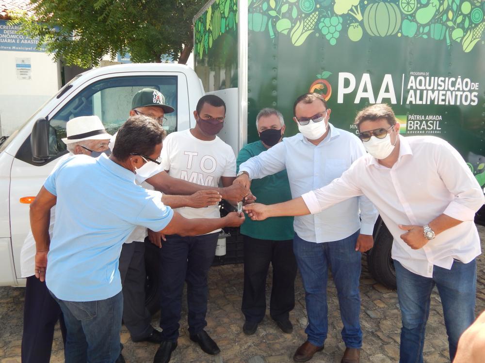 Prefeito entrega caminhão baú para Secretaria Municipal de Agricultura