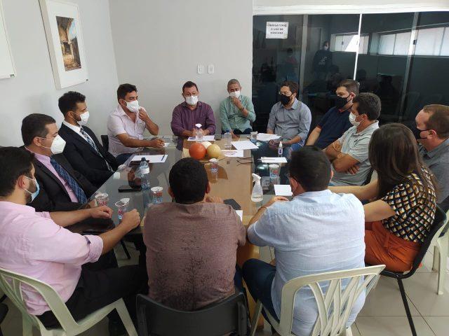 Secretário Aldo Gil participou de reunião com vereadores, vice-prefeita Xandú e demais representantes políticos. (Foto: Fátima Miranda)