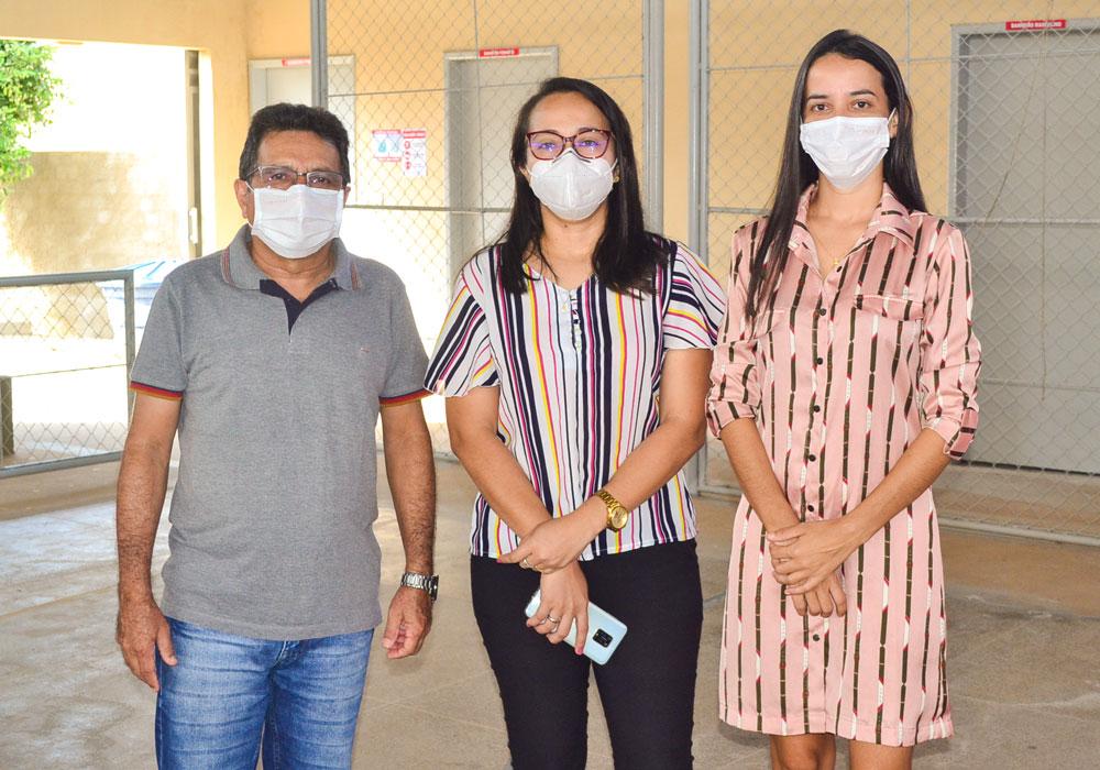 Prefeito Genival Bezerra (PT) acompanhado da enfermeira Ana Carolina e da secretária de saúde Joseanne Albuquerque.