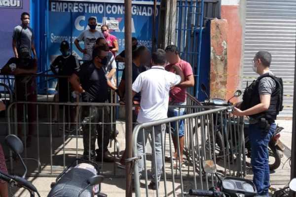 Momento do cumprimento do mandado de prisão de F.H.M.O na fila da Caixa Econômica de Timon