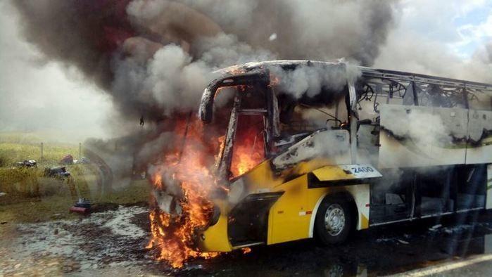 Ônibus sofre pane e incendeia na rodovia BR-343