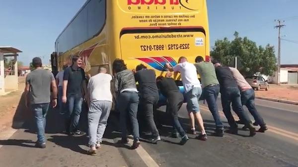 Paula Fernandes mostra sua equipe empurrando ônibus quebrado em Altos-PI