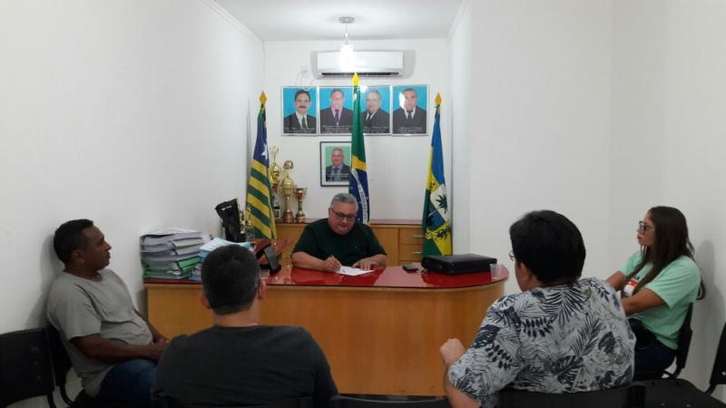 DR. Alcione realiza reunião com equipe técnica para trata do plano de residuos solido municipal