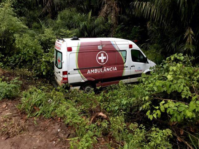 Vereador dirige ambulância com pneus carecas e desce ribanceira com pacientes