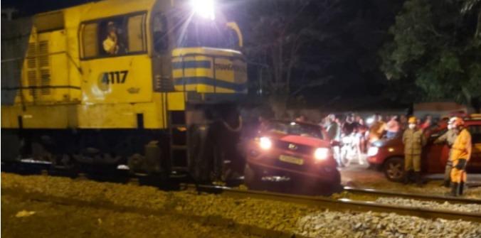 Vídeo: Mulher invade ferrovia e tem carro arrastado pelo trem no MA