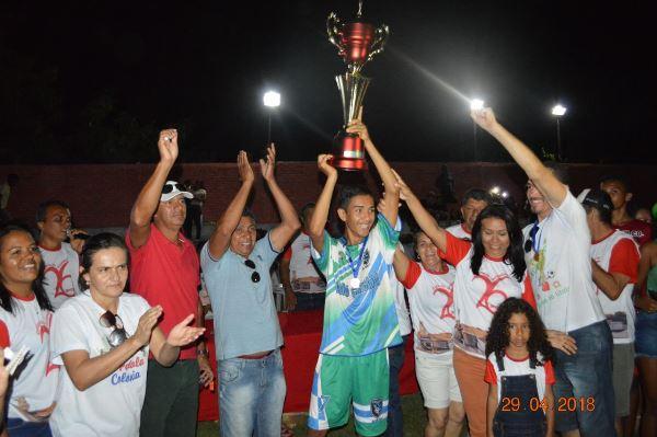 Prefeita Doquinha entrega a premiação dos times finalistas do campeonato e sorteia muitos brindes
