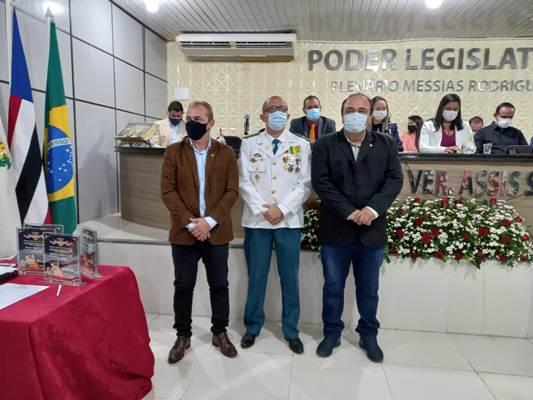 HOMENAGEADO: O comandante do 19º BPM-MA/Pedreiras, Tenente Coronel Miguel ladeado pelos Vereadores Emanuel Nascimento e Gard Furtado
