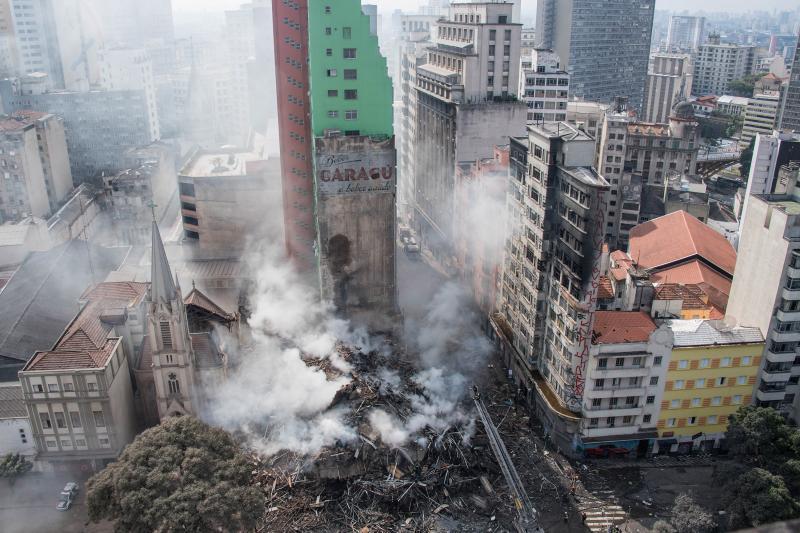 Bombeiros dizem que 44 pessoas estão soterradas após incêndio em SP