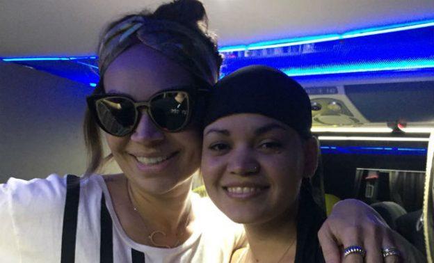 Solange Almeida dá peruca de presente à mulher com doença rara