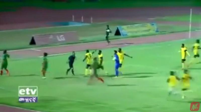 Árbitro é 'espancado' por jogadores após favorecer time rival; vídeo!