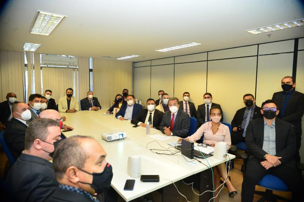 Prefeitos do Piauí se reúnem com Jonas Moura em Brasília