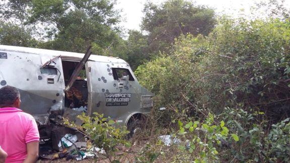 Bandidos explodem carro-forte da CET CEG e levam malotes de dinheiro