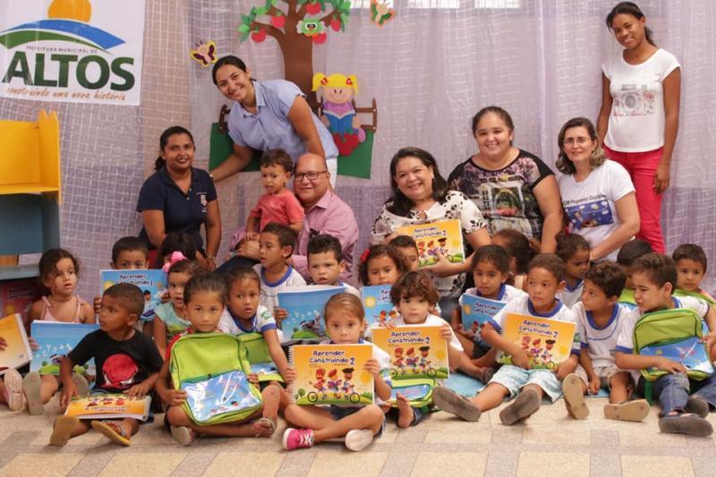 Alunos da Educação Infantil de Altos recebem kits escolares