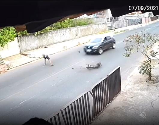 Vídeo| Criminoso joga tronco de árvore na rua para tentar assaltar motorista