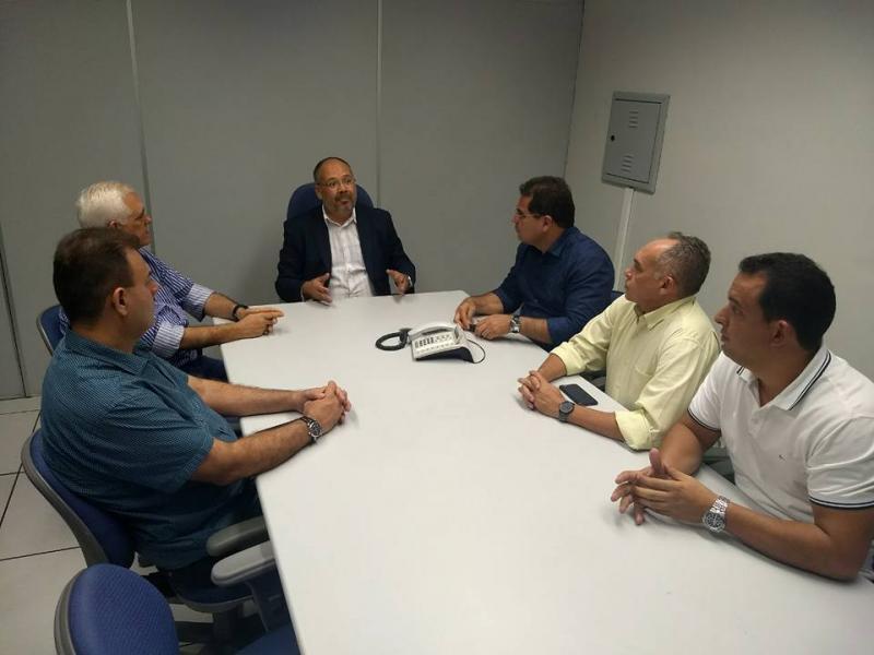 Prefeito Júnior Carvalho em reunião com superintendente da CEF (Foto: PMDL)