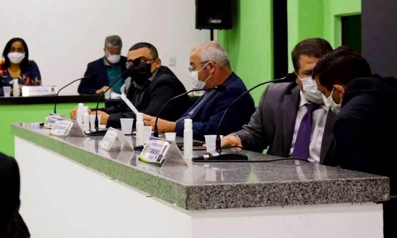 Vereadores saem de sessão que aprovou nome da cunhada do prefeito para prédio