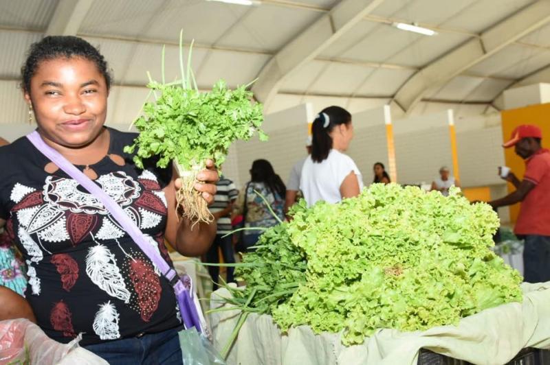 Pequenos produtores recebem mesas para exposição de produtos na Feira da Agricultura Familiar