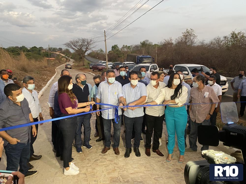 Amarante:Prefeito e deputados inauguram calçamento e quadra no bairro Alto Alegre