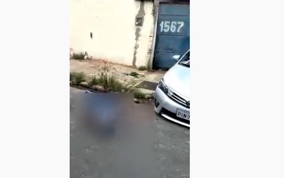 O assaltante tombou morto próximo ao carro do policial