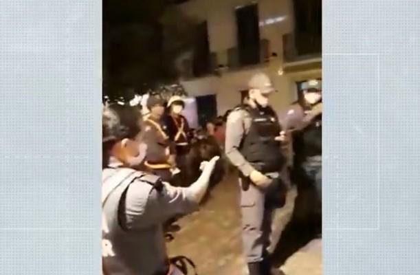 Tenente Mário Oliveira faz ligações durante o vídeo e, em seguida, determina a prisão de Tatiane — Foto: Tatiane Alves
