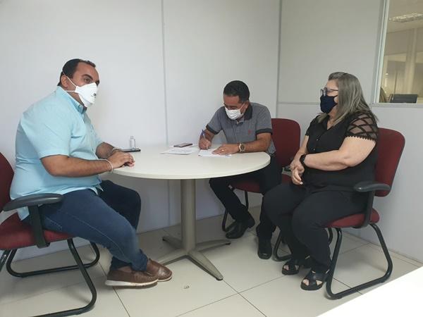 Deputado Georgiano Neto, Prefeiro de Fronteiras - Eudes e Telma Portela responsável pelo Setor de Convênios. Foto: Reprodução R10