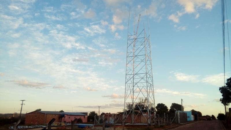 Operadora Vivo realiza trabalho de montagem de torre em Santa Filomena