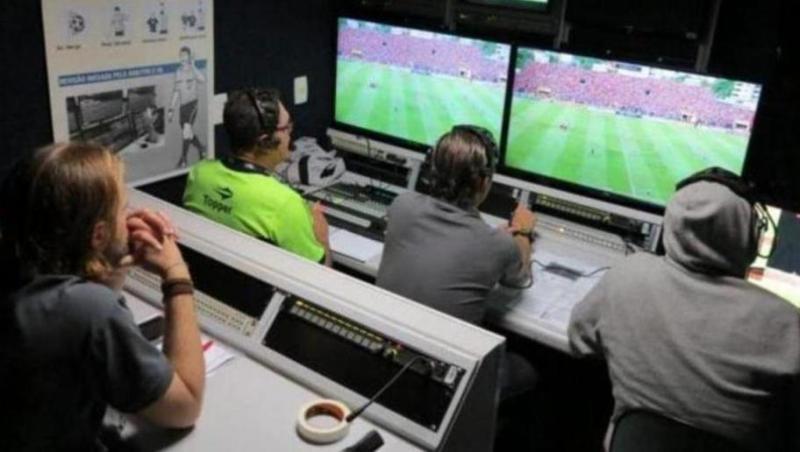 FIFA anuncia mudanças na regra do futebol; VAR é oficializado e impedimento sofre alteração