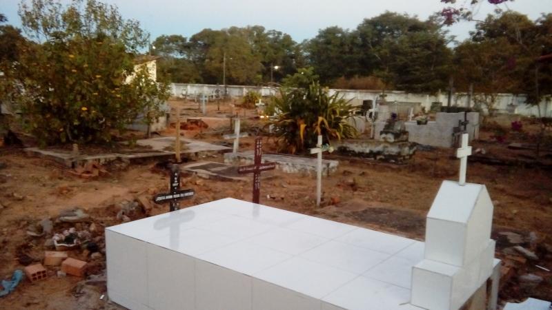 Vândalo destrói cruzes de sepulturas no cemitério municipal de Santa Filomena