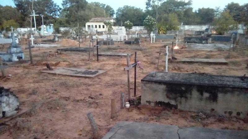 Homem que destruiu cruzes no cemitério tem problemas mentais e precisa de ajuda