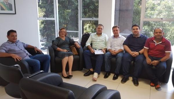 Prefeitos do Médio Parnaíba se reúnem com secretário Florentino Neto em busca de recursos