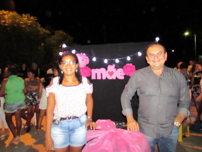 Mães   de Conceição do Canindé comemoram seu dia com a Noite das Divas em praça Publica.