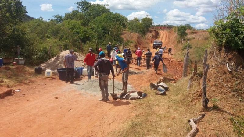 Construção de passagem molhada na localidade tombador