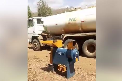 Máquinas do PAC são flagradas sucateadas em pátio da prefeitura de Miguel Leão