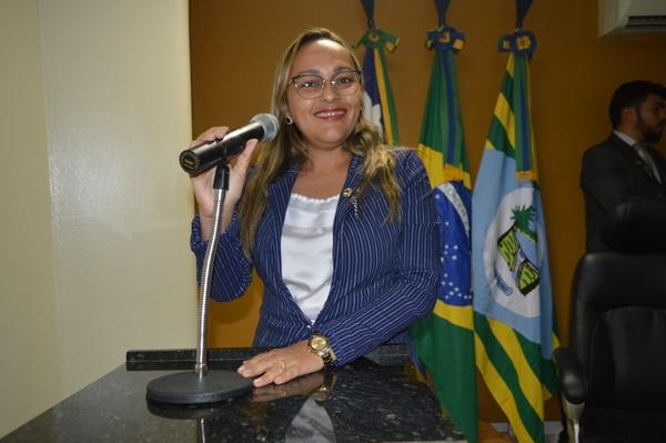 Vereadora Hélvia Almeida parabeniza Prefeita pela aquisição de nova Ambulância e projeto de revitali