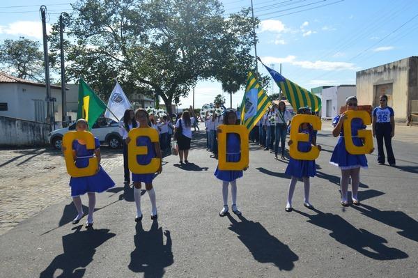 Desfile Cívico marca inicio das comemorações dos 46 anos do CEDEG