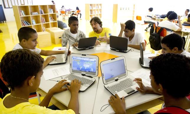 Funcionários da Escola Primavera Anexo enviam solicitação de internet
