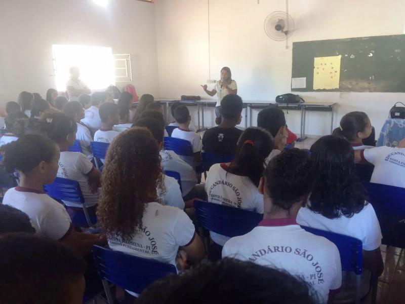Assistente Social Elizia Lustosa fala sobre a Campanha Faça Bonito na escola Educandário São José