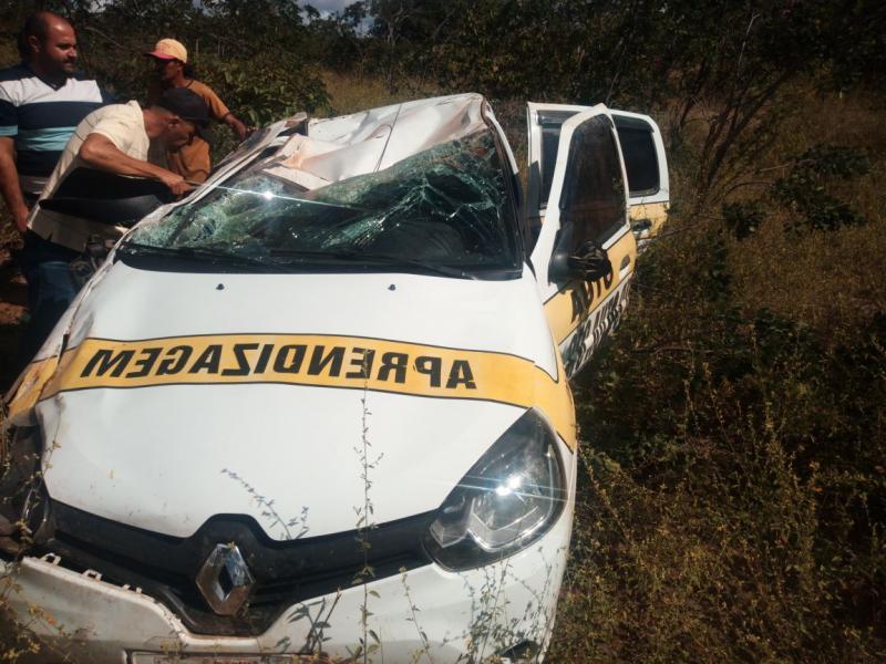 Carro de autoescola sai da pista e capota em rodovia no Piauí