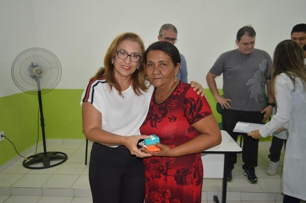 Prefeita Neidinha Lima e Secretário de Saúde Paulo Rocha acompanham entrega de próteses em UBS