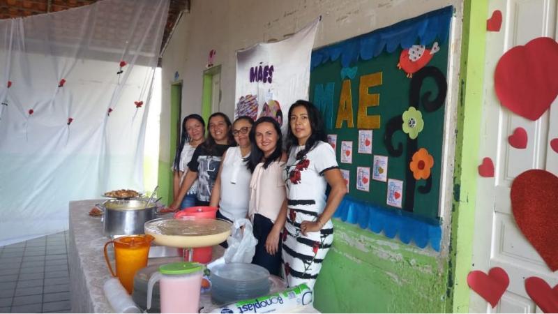 Com plantão pedagógico e almoço Eduarda Batista homenageia as Mães