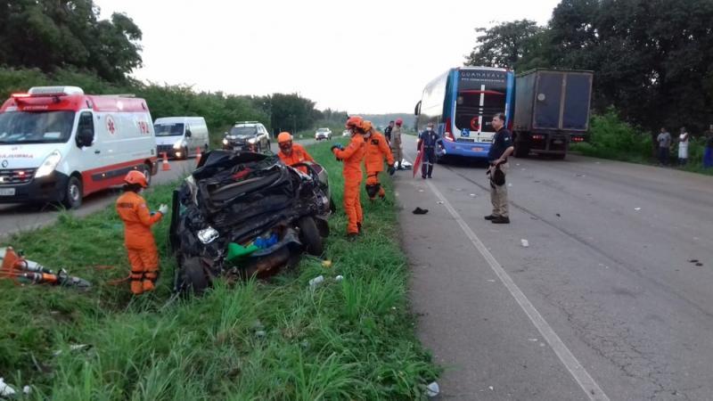 Ônibus da Guanabara colide em carro e deixa mortos na BR-135