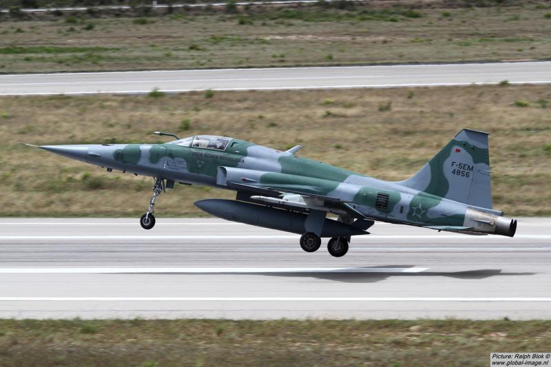 Avião da Força Aérea Brasileira sofre pane e cai às margens de rodovia