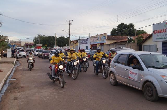 Taxistas e moto taxistas realizam carreata em protesto contra aumento de combustível
