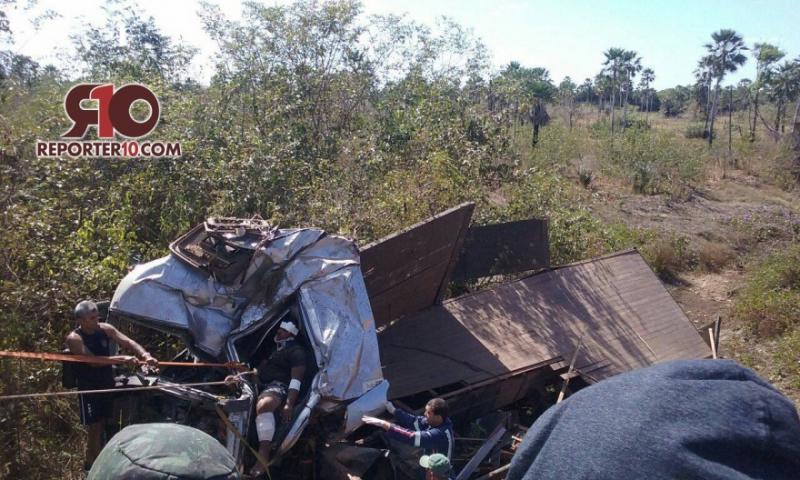 Motorista fica preso às ferragens após carreta tombar em rodovia